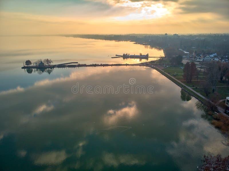 Paisaje aéreo del invierno de un pueblo húngaro Balatongyorok, el lago Balatón en Hungría imágenes de archivo libres de regalías