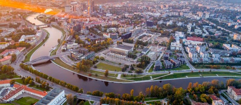Paisaje aéreo del río en una ciudad foto de archivo