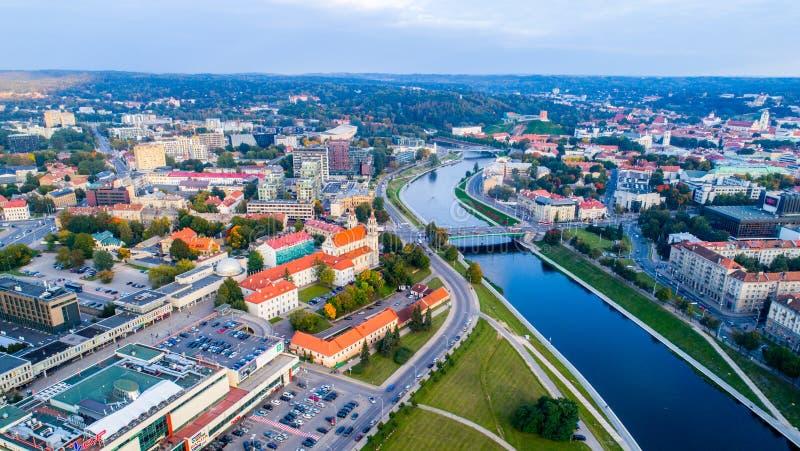 Paisaje aéreo del río en una ciudad imagen de archivo libre de regalías
