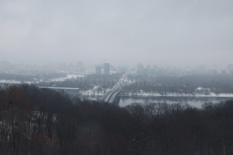 Paisaje agradable del invierno Mañana en ciudad El puente del metro conecta los dos bancos de la ciudad El camino va para el hori foto de archivo libre de regalías