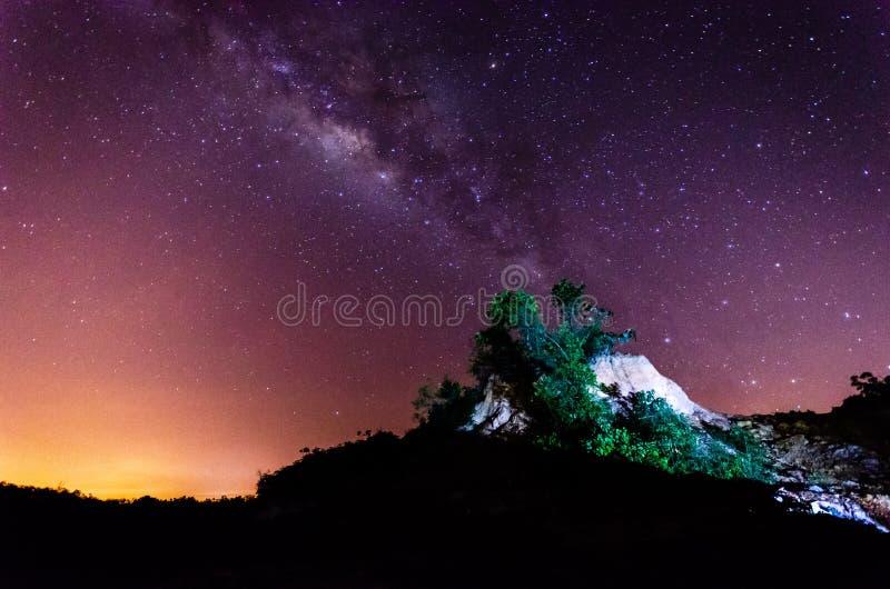 Paisaje agradable en la noche con el milkyway ( La presencia de ruido, de grano y de foco suave es debido a alto ISO) foto de archivo