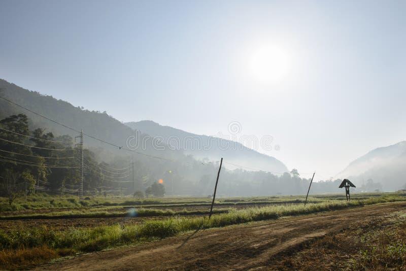 Paisaje al aire libre hermoso del campo con las montañas foto de archivo