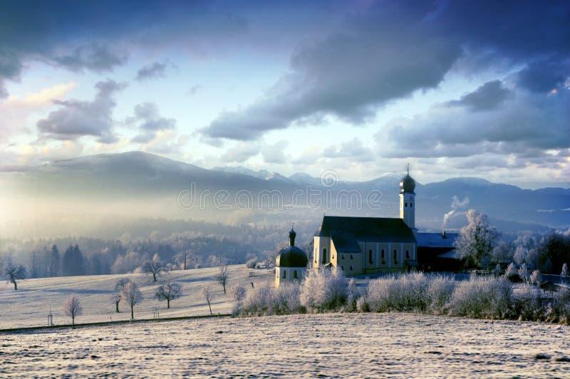 Paisaje alpestre con la iglesia por la mañana escarchada imágenes de archivo libres de regalías