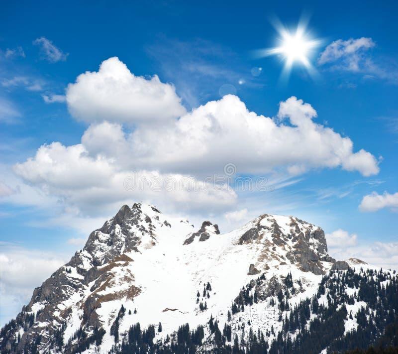 Paisaje alpestre del invierno con el cielo azul imagen de archivo