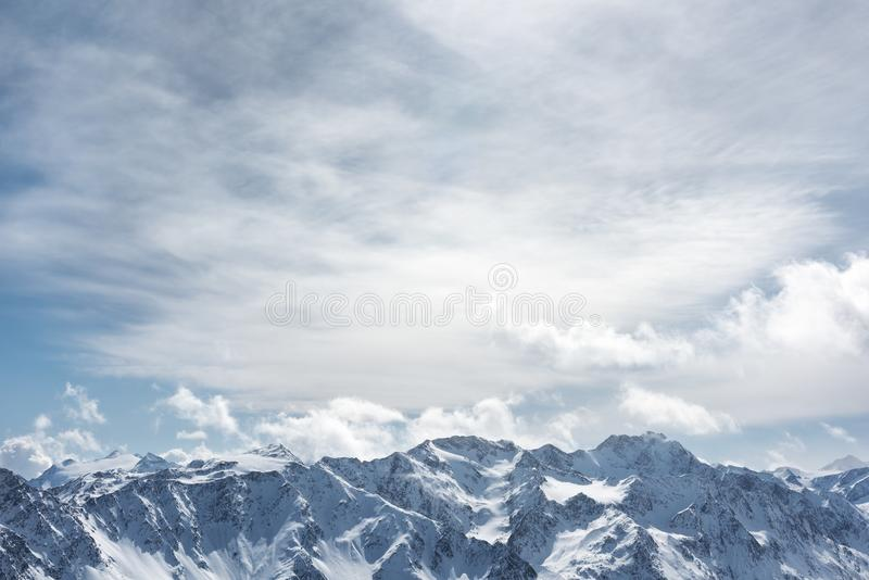Paisaje alpestre del invierno Los picos nevosos de las altas montañas imagen de archivo libre de regalías