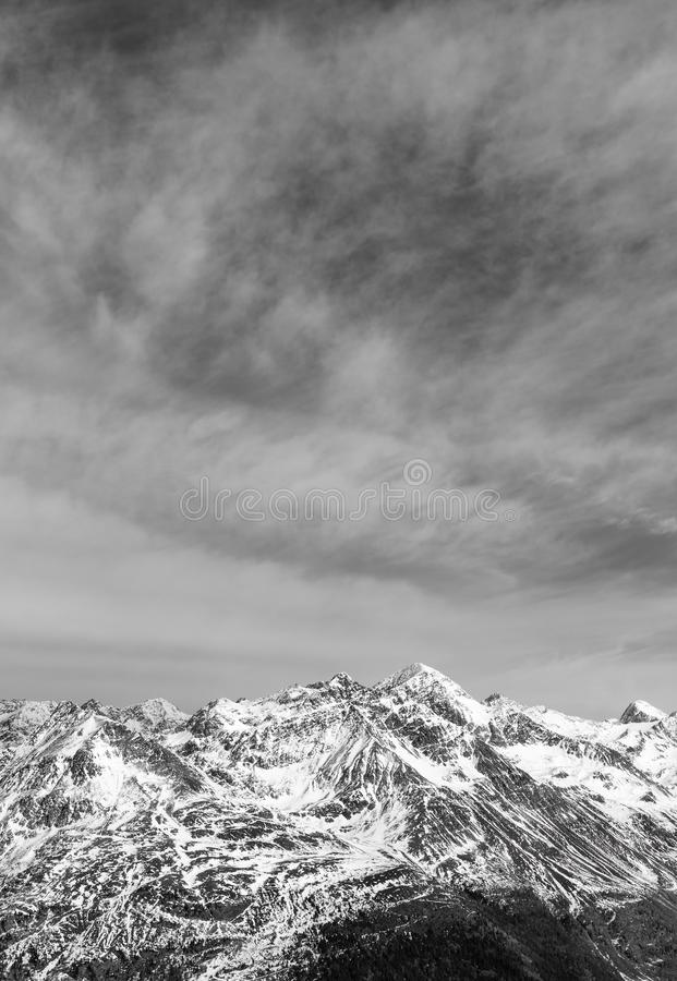 Paisaje alpino blanco y negro y picos coronados de nieve Porciones de montañas foto de archivo libre de regalías