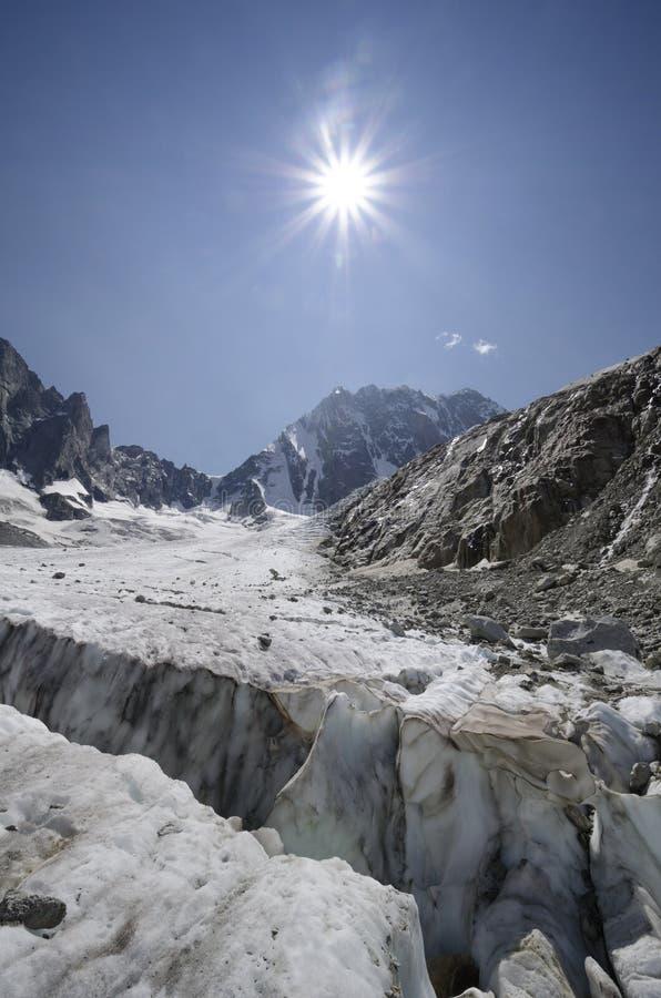 Paisaje alpino con la hendidura y las montañas del glaciar foto de archivo