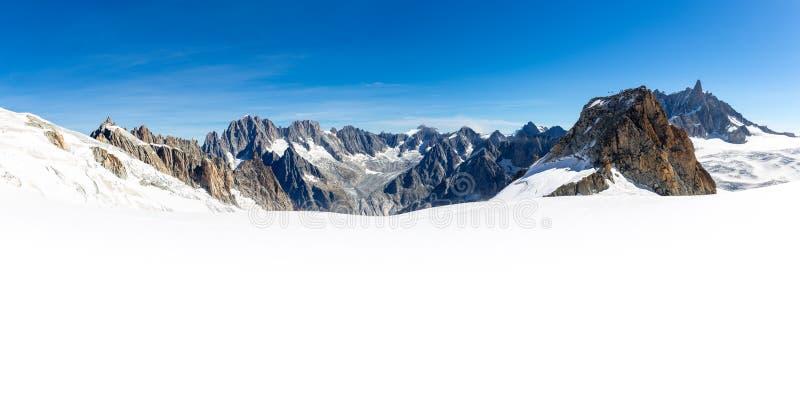 Paisaje alpino de la opinión panorámica de los picos de montañas, macizo de Mont Blanc imagen de archivo