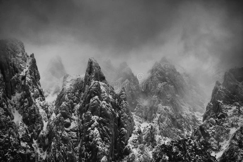 Paisaje alpino del invierno en las montañas de Transylvanian fotos de archivo