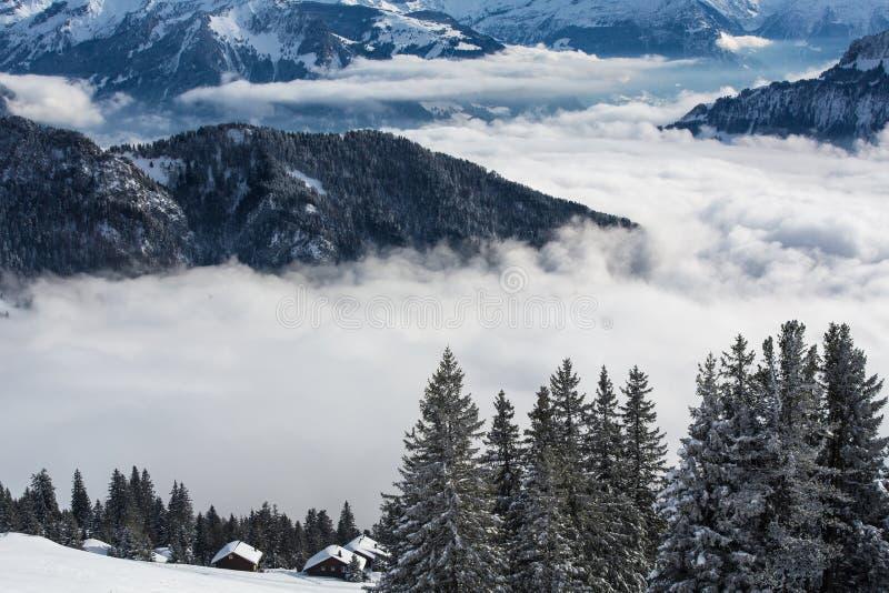Paisaje alpino del invierno espléndido con las altas montañas foto de archivo libre de regalías