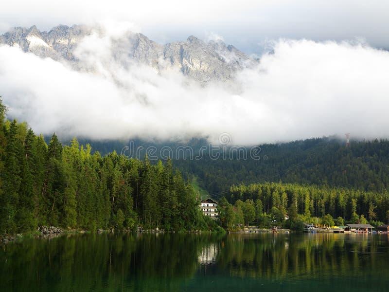 Paisaje alpino en el lago Eibsee con el macizo de Zugspitze imagen de archivo libre de regalías