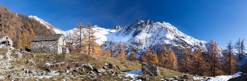 Paisaje alpino en temporada de otoño Piemonte, montañas italianas, Europa foto de archivo