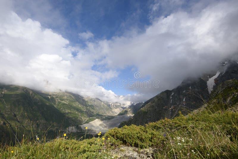 Paisaje alpino temprano por la mañana fotos de archivo libres de regalías
