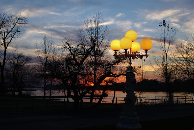 Paisaje aménage le coucher du soleil en parc photographie stock libre de droits