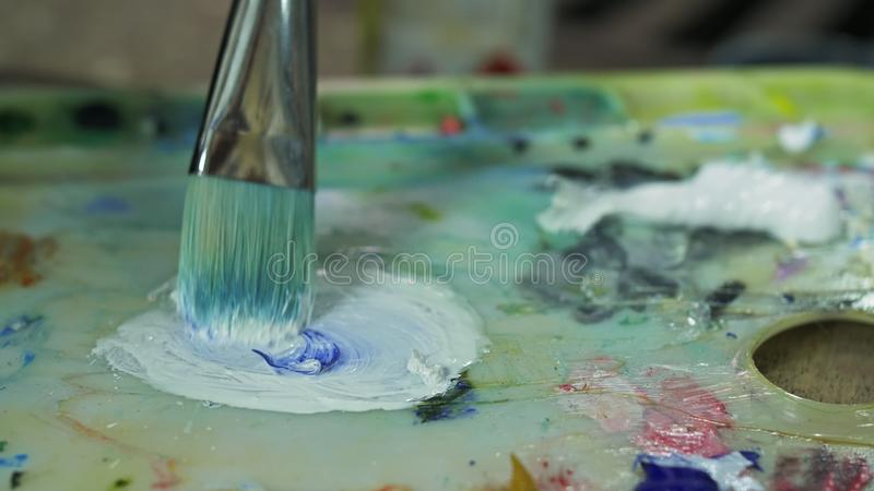 Paisaje artístico de pintura con barco en el océano Dibujo de decorador artesano en barco en mar azul con aceite de acrílico fotografía de archivo libre de regalías