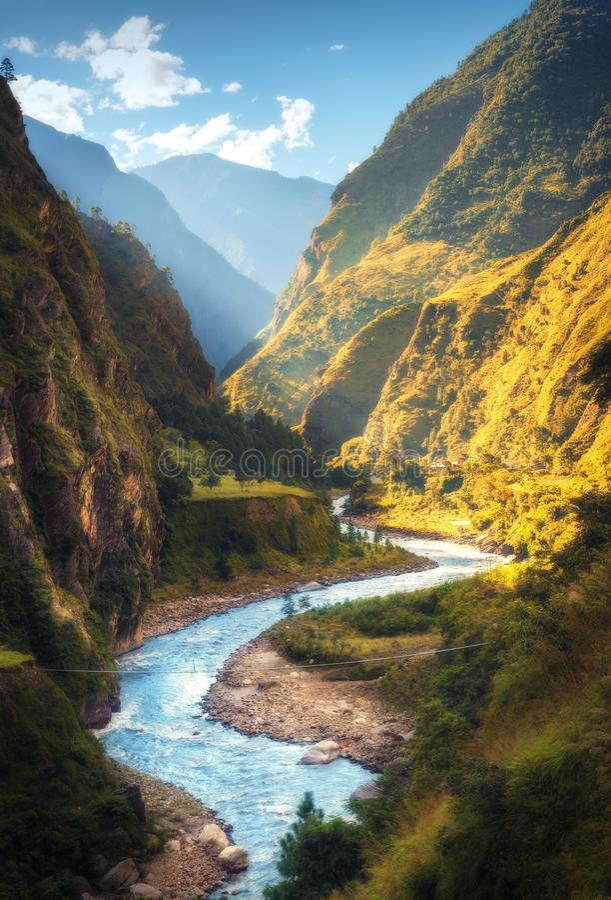 Paisaje asombroso con las altas montañas Himalayan, río imagen de archivo