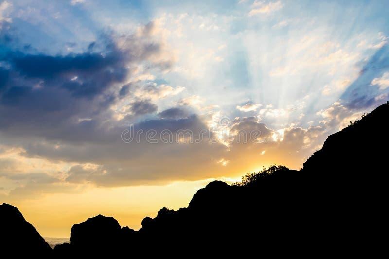 Paisaje asombroso de la puesta del sol de la montaña Rayos hermosos del Sun contra el cielo con las nubes coloridas imagenes de archivo