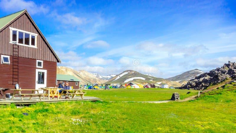 Paisaje asombroso en Islandia con las montañas y las aguas termales geotérmicas Área del sitio para acampar de Landmannalaugar imagenes de archivo