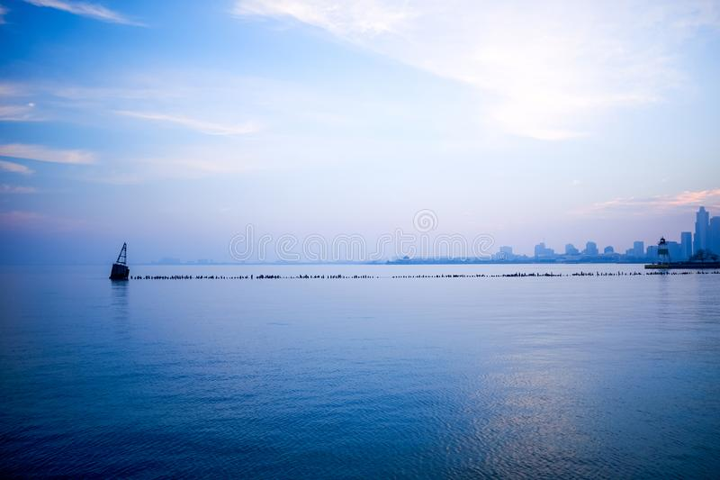 Paisaje azul fresco del horizonte de Chicago del minimalist imagenes de archivo