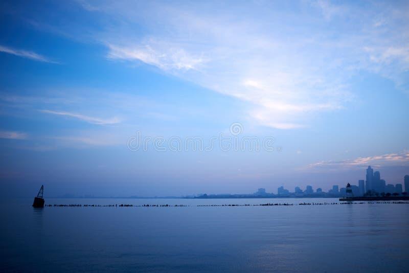 Paisaje azul minimalista sobre el lago Michigan fotografía de archivo