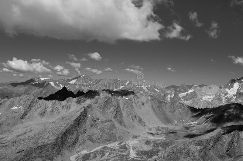 Paisaje blanco y negro con las montañas y las nubes fotografía de archivo