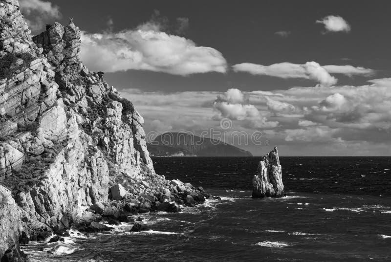 Paisaje blanco y negro del Mar Negro con el risco de la vela fotos de archivo
