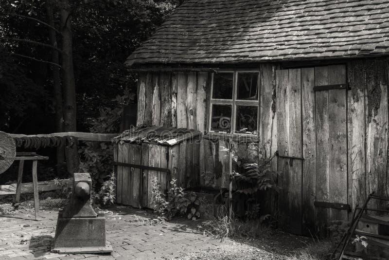 Paisaje blanco y negro del taller viejo de los herreros en Victori imagenes de archivo