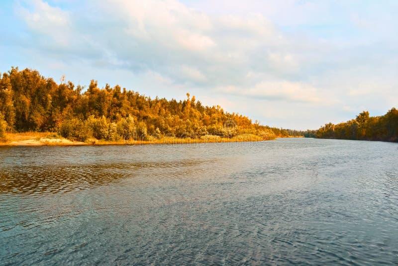 Paisaje brillante del río del otoño fotos de archivo libres de regalías