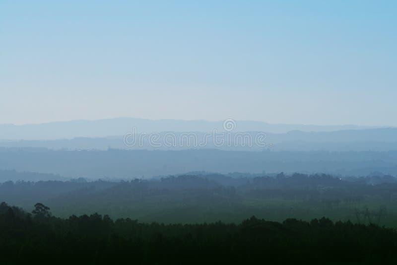 Paisaje brumoso de las montañas fotos de archivo libres de regalías