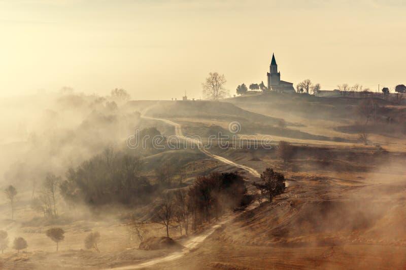 Paisaje brumoso del país con la iglesia foto de archivo libre de regalías