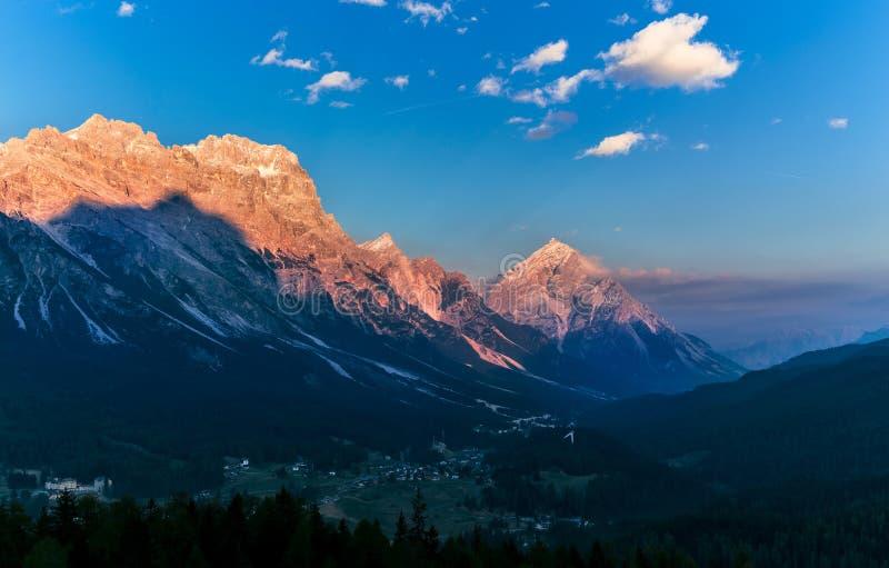 Paisaje caliente de la puesta del sol sobre las montañas Dolomías Italia foto de archivo libre de regalías