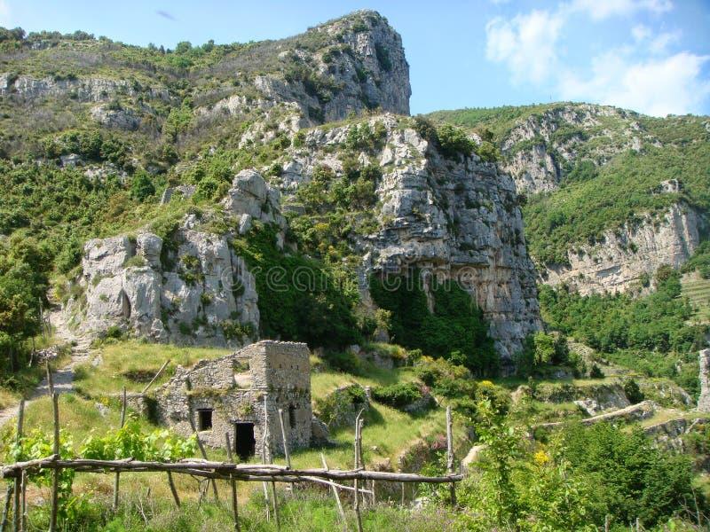 Paisaje característico de la costa de Amalfi con las montañas y la naturaleza mediterránea Sur de Italia imagen de archivo
