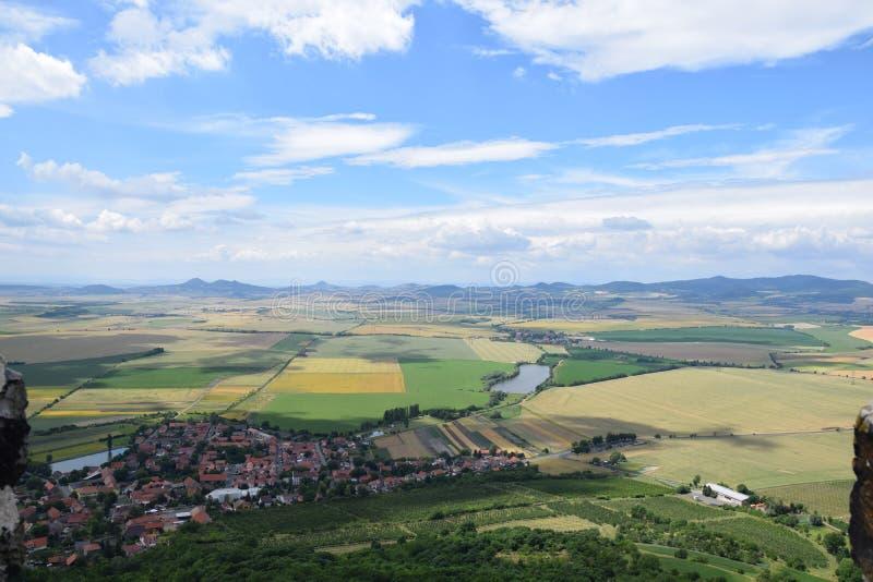Paisaje checo del castillo de Hazmburk en České Středohořà fotos de archivo