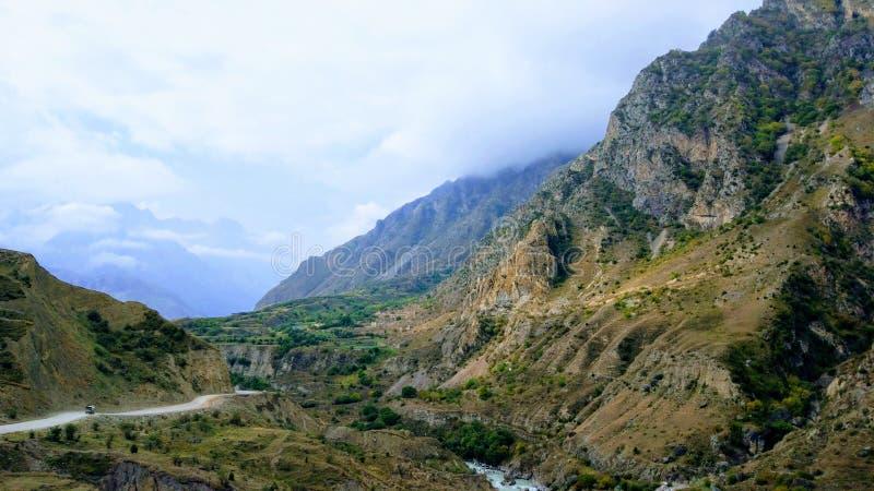 Paisaje colorido de la montaña en el Cáucaso fotos de archivo
