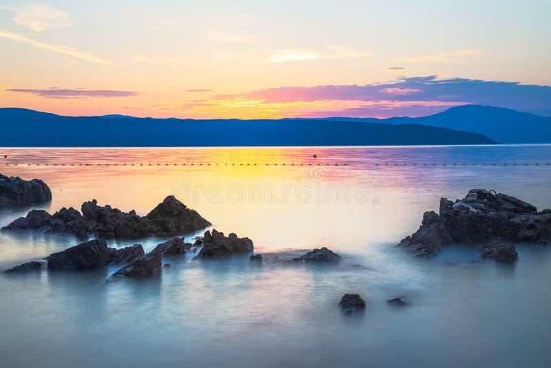 Paisaje colorido de la playa durante puesta del sol Exposición larga foto de archivo libre de regalías