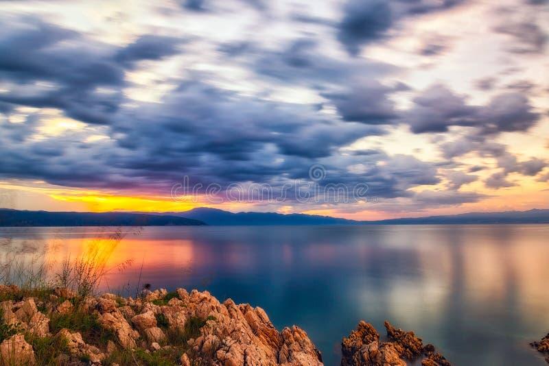 Paisaje colorido de la playa durante puesta del sol Exposición larga fotos de archivo libres de regalías