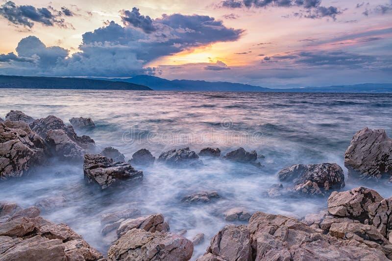 Paisaje colorido de la playa durante puesta del sol Exposición larga imágenes de archivo libres de regalías