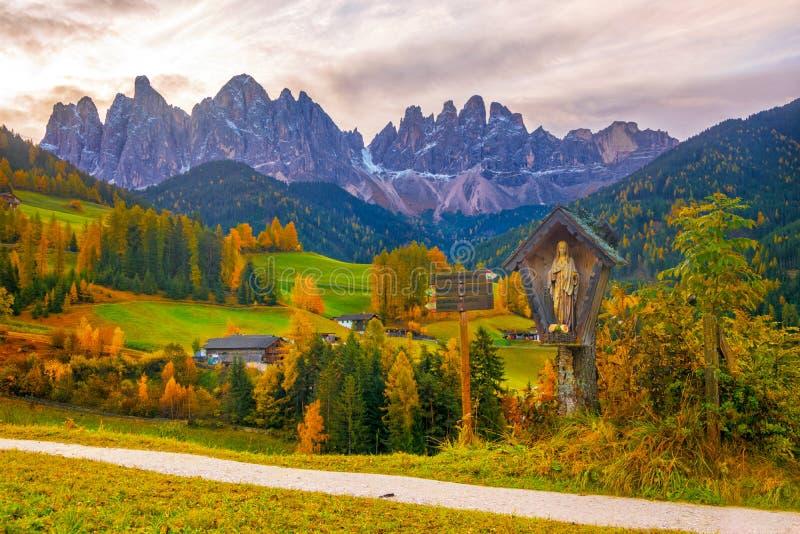 Paisaje colorido del otoño en el pueblo de Santa Maddalena en la salida del sol Montañas de la dolomía, el Tyrol del sur, Italia foto de archivo libre de regalías