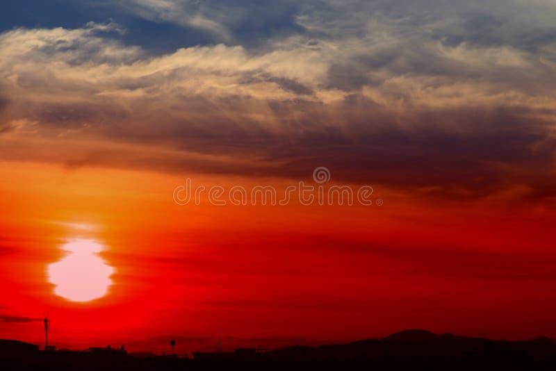 Paisaje colorido hermoso de la puesta del sol en tiempo del crepúsculo de la naturaleza de la tarde del cielo azul imágenes de archivo libres de regalías