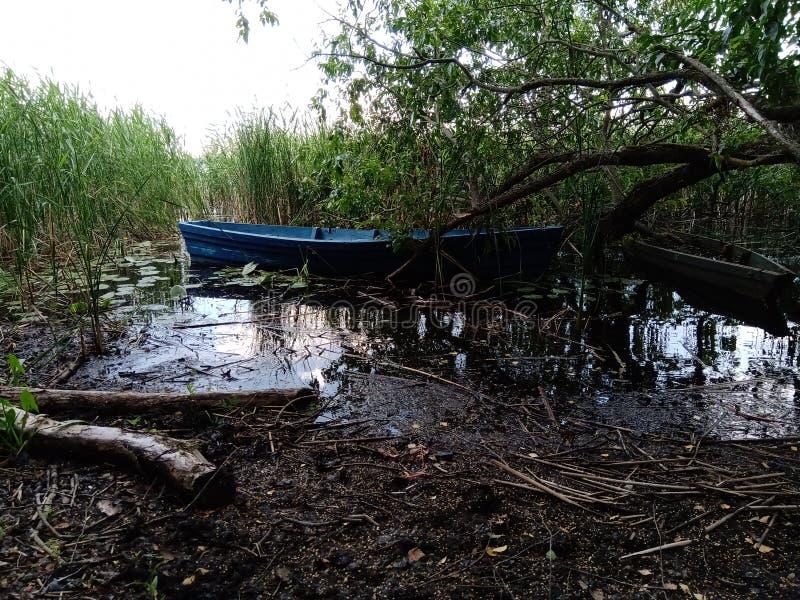 Paisaje con dos barcos viejos Dos barcos viejos en el lago en día de la mañana imagenes de archivo