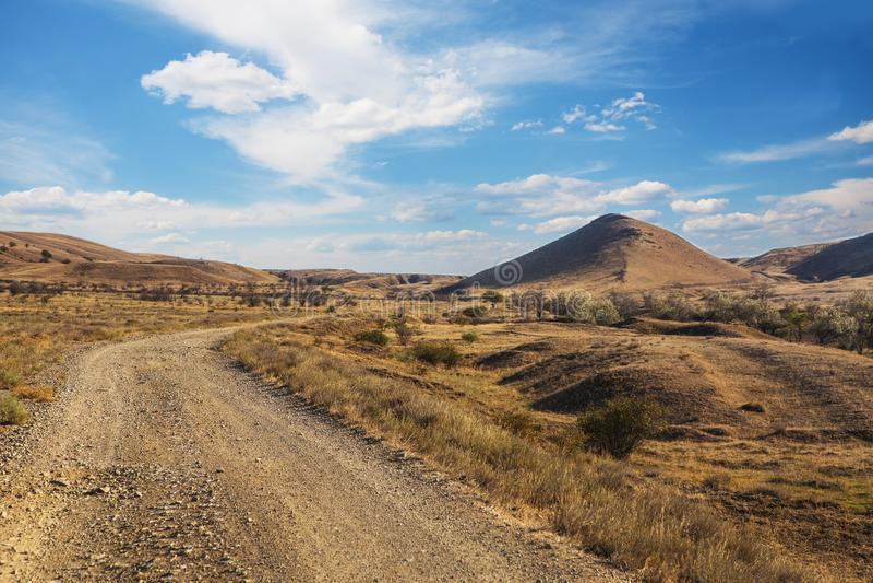paisaje con el camino de tierra en las montañas fotografía de archivo