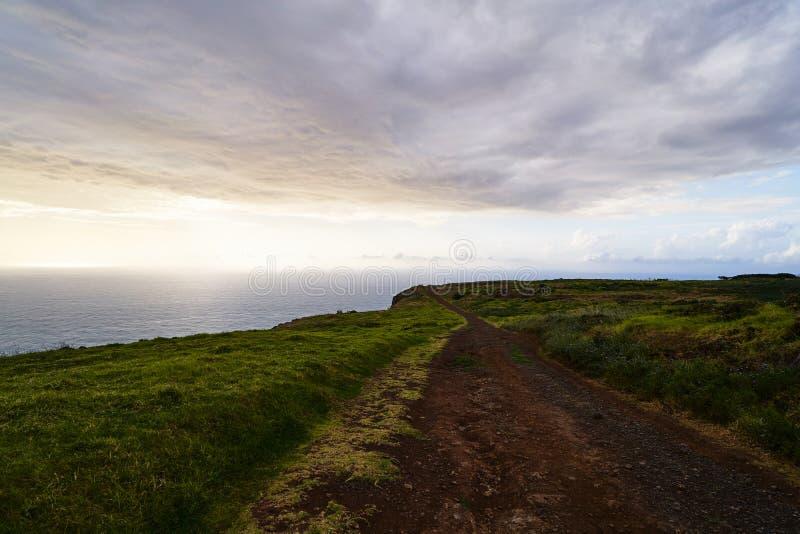 Paisaje con el camino en la puesta del sol fotografía de archivo