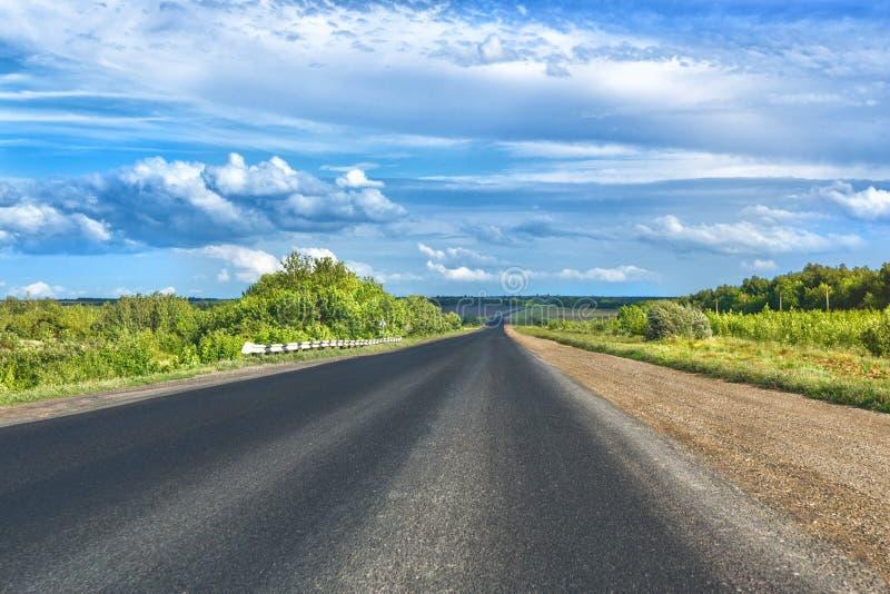 Paisaje con el camino y el cielo foto de archivo