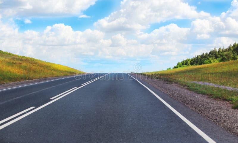 Paisaje con el camino y el cielo imagenes de archivo