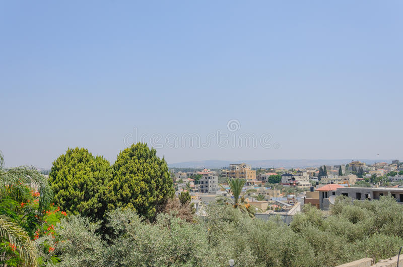 Paisaje con el cielo azul - la ciudad del verano de Rahat, en Israel imagen de archivo