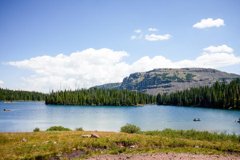 Paisaje con el lago en montañas imagenes de archivo