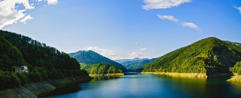 paisaje con el lago Voina, Rumania en un día de verano foto de archivo