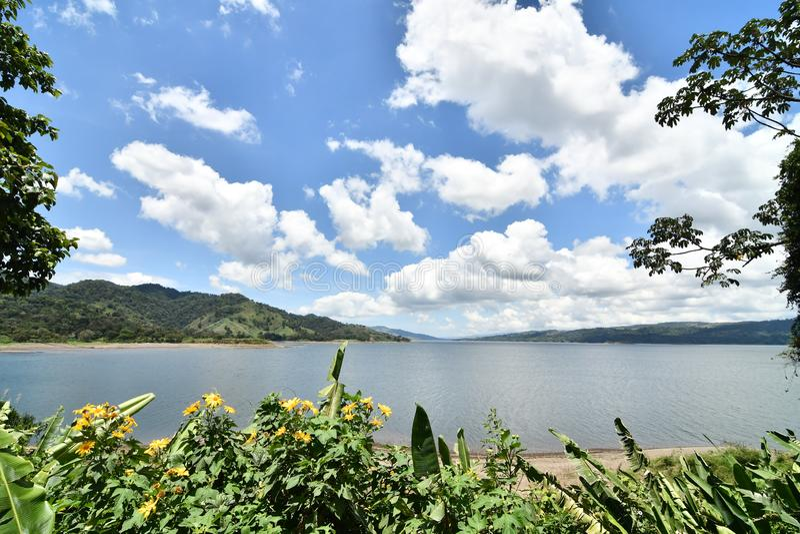 paisaje con el lago y el cielo azul, foto como fondo, parque admitido del lago volcano de Arenal en Costa Rica America Central imagen de archivo