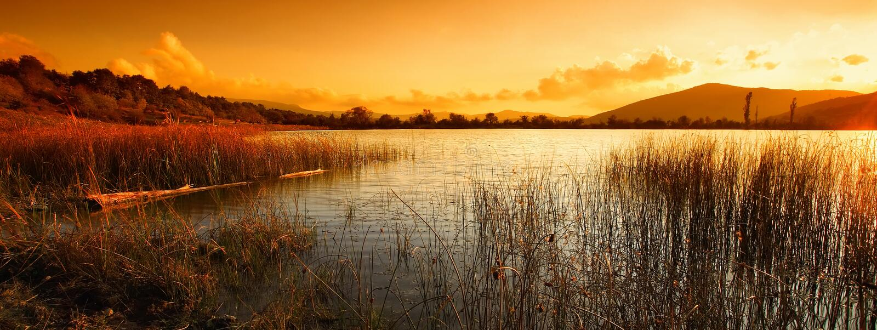 Paisaje con el lago y las montañas fotografía de archivo