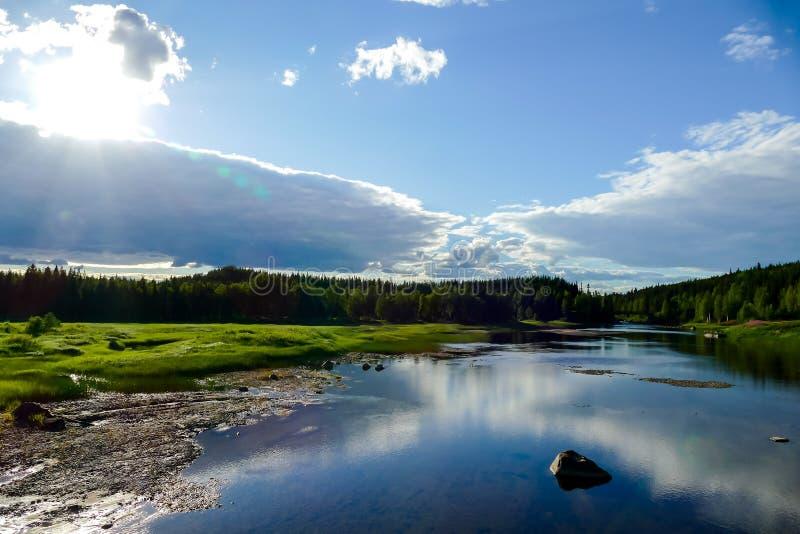 paisaje con el lago y las montañas, en Suecia Escandinavia Europa del norte imagenes de archivo